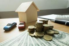 Schließen Sie herauf Gegenstand Geldwechsel mit Immobilien Schließen Sie auf dem Handel eines Auto- und Hauskonzeptes Vertrag ab stockfotos