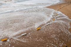 Schließen Sie herauf gelbe Boje auf dem Strand, Sand Lizenzfreie Stockfotografie