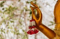 Schließen Sie herauf gelbe Hand von Buddha-Architektur Stockfoto