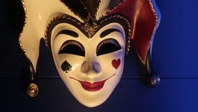 Schließen Sie herauf Gesamtlänge einer venecian Spassvogelkarnevalsmaske stock footage