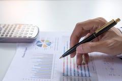 Schließen Sie herauf Geschäftsmann, den Kontrolle ernsthaft die Kollegen eines Finanzberichts-Investors analysiert, die Finanzdia Stockfotografie