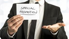 Schließen Sie herauf Geschäftsmann oder Verkäufer Holding Small Paper mit Specia Stockfotos