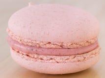 Schließen Sie herauf geschmackvolles süßes Macaron, Makrone auf hölzernem Hintergrund Lizenzfreies Stockbild