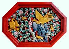 Schließen Sie herauf geschnitzte Phoenix-Geschichte auf der hölzernen Wandskulptur im chinesischen Tempel Lizenzfreie Stockfotos