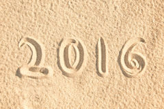 Schließen Sie herauf 2016 geschrieben in den Sand Lizenzfreies Stockbild