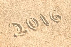 Schließen Sie herauf 2016 geschrieben in den Sand Stockbild