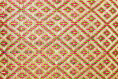 Schließen Sie herauf gesponnene Bambus- Musterhandtaschen und -Korbwaren, die auf das Gemeinschafts-indentity überschreiten Lizenzfreies Stockbild