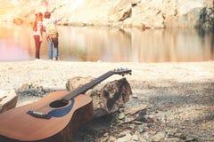 Schließen Sie herauf Gitarre hinter dem romantischen Paarreisendkonzept Stockfotografie
