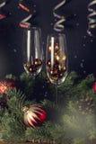 Schließen Sie herauf Gläser mit Dekoration und Champagne Bottle Wooden Background Christmas-Neujahrsfeiertag-Karten-neues Jahr-Hi lizenzfreies stockbild