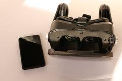 Schließen Sie herauf - Gläser VR der virtuellen Realität auf dem weißen Hintergrund lizenzfreie stockfotografie