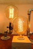 Schließen Sie herauf Glühlampedekoration im Holztisch - Weinlese interio Stockbilder