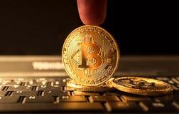 Schließen Sie herauf goldene bitcoin Münze Schlüsselwährungs-Hintergrundkonzept Lizenzfreies Stockfoto