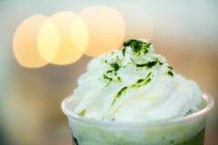 Schließen Sie herauf grüner Tee frappe mit hellem bokeh Hintergrund stockfotos