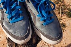 Schließen Sie herauf graue Schuhe Stockfotos