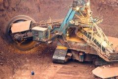 Schließen Sie herauf großes Rad des Schöpfradbaggers in einem Tagebau Stockbild