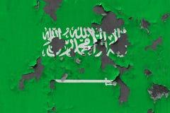 Schließen Sie herauf grungy, schädigende und verwitterte Saudi-Arabien Flagge auf der Wand, die weg von der Farbe abzieht, um Inn stockbilder