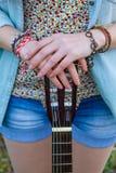 Schließen Sie herauf Hände des Mädchens mit Gitarre Stockfoto