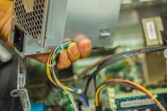 Schließen Sie herauf Hände des Technikers während des Tischrechners der Reparatur Lizenzfreie Stockbilder