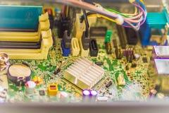 Schließen Sie herauf Hände des Technikers während des Tischrechners der Reparatur Lizenzfreie Stockfotografie