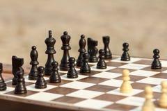 Schließen Sie herauf hölzerne Schachfiguren an Bord des selektiven Fokus auf schwarzem p Lizenzfreies Stockbild