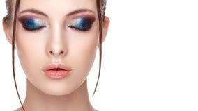 Schließen Sie herauf halbes Gesichtsporträt des Mädchens mit perfekter frischer sauberer Haut, junges Modell mit schönem bezauber stockfotografie