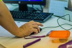 Schließen Sie herauf Hand der Software Engineers auf Maus während Prüfung progr stockfoto