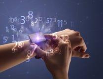 Schließen Sie herauf Hand mit smartwatch und Zahlen Lizenzfreies Stockfoto