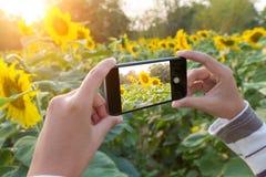 Schließen Sie herauf Hand unter Verwendung des Telefons, das Foto macht Lizenzfreies Stockfoto