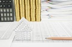 Schließen Sie herauf Haus und Bleistift auf Finanzkonto Lizenzfreies Stockbild