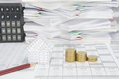 Schließen Sie herauf Haus und braunen Bleistift mit SchrittGoldmünzen Lizenzfreie Stockfotos
