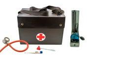 Schließen Sie herauf Hausbesuch, Doktor ` s Tasche und Ausrüstung für Blutdruckmonitorwerkzeug oder -manometer der Gesundheitsprü Stockbild