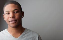 Schließen Sie herauf Headshotporträt eines hübschen schwarzen Mannes Stockbilder