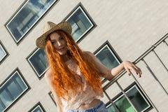 Schließen Sie herauf herrliche blonde Frauen-tragenden Hut Stockfotos