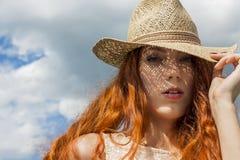 Schließen Sie herauf herrliche blonde Frauen-tragenden Hut Lizenzfreie Stockbilder