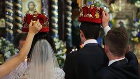 Schließen Sie herauf hintere Ansicht der Hochzeitszeremonie in der Kirche stock video