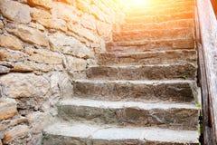 Schließen Sie herauf Hintergrund der alten mittelalterlichen Steintreppe Stockbild