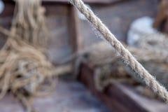 Schließen Sie herauf Holzklotz und Seile Stockfotografie