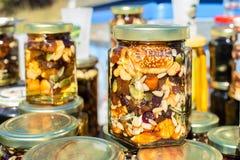 Schließen Sie herauf Honey Jar Packed With Pumpkin-Samen-Walnuss-Mandel-Feige Lizenzfreies Stockfoto