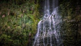 Schließen Sie herauf horizontalen Karekare-Wasserfall - Lizenzfreie Stockbilder