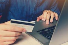 Schließen Sie herauf intelligentes junger Mann Schreibentrackpad auf Laptop mit dem Einkaufen stockfotos
