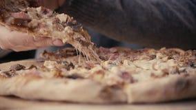 Schließen Sie herauf italienische Pizza über Käse ihn Stock Hand mit Lieferungslebensmittel margherita stock footage