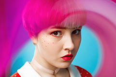 Schließen Sie herauf künstlerisches Begriffsporträt des schönen dollish Mädchens mit dem kurzen hellvioletten Haar, das rotes Kle Lizenzfreies Stockbild