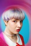 Schließen Sie herauf künstlerisches Begriffsporträt des schönen dollish Mädchens mit dem kurzen hellvioletten Haar, das rotes Kle Stockfotografie
