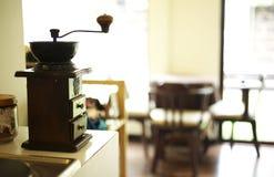 Schließen Sie herauf Kaffeemühlemaschine Stockbilder