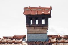 Schließen Sie herauf Kamin wie ein kleines Haus auf dem Dach Stockfotos