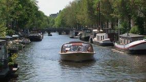 Schließen Sie herauf Kanalboot in Amsterdam stock video footage