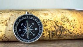 Schließen Sie herauf Kompass auf Weinlesekarte Stockfoto