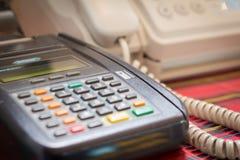 Schließen Sie herauf Kreditkartemaschine Stockbilder
