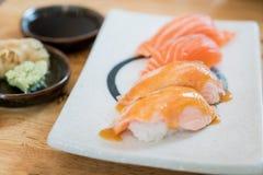Schließen Sie herauf Lachse gebrannte Spitze mit Mayo in der Platte Gesunder Japaner Lizenzfreies Stockbild