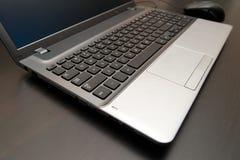 Schließen Sie herauf Laptop-Computer auf Holztisch Stockfoto